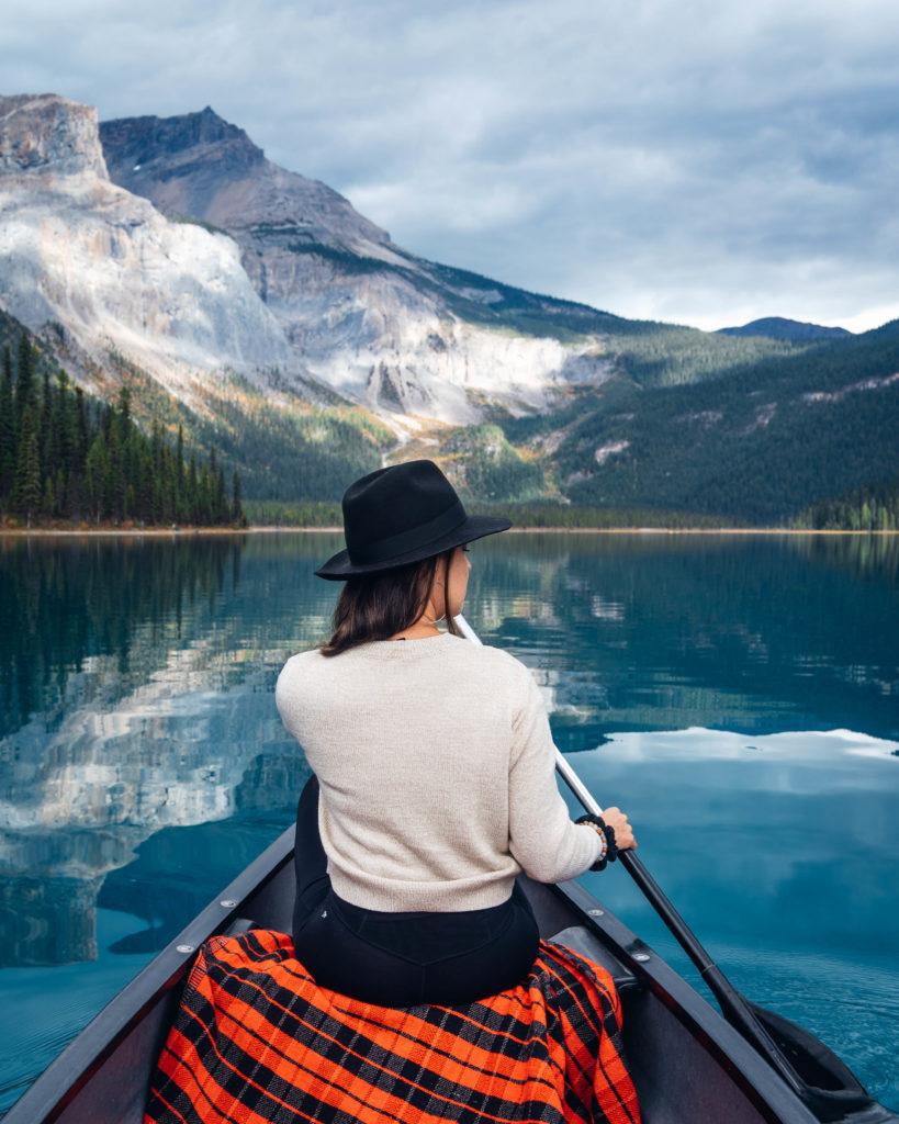 Canot sur le Lac Emeraude (Emerald Lake) au Parc National de Yoho en Colombie Britannique dans les Rocheuses Canadiennes.