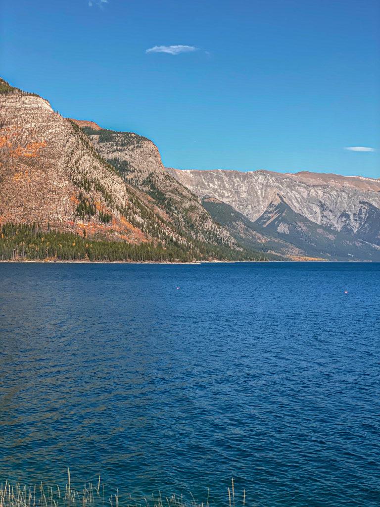 Lac Minnewanka dans le Parc National de Banff en Alberta dans les rocheuses canadiennes.